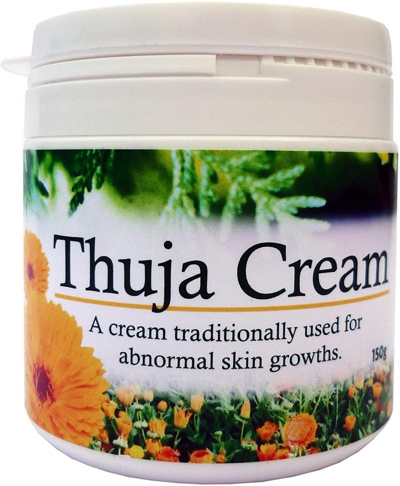 """crema Thuja es para uso en sarcoides y verrugas, etc. use la aplicación repetitiva diaria regularmente durante todo el día. Thuja (Thuja occidentalis): tiene una larga historia de uso para """"crecimientos anormales"""", verrugas, sarcoides, crecimientos de piel fungoide, etc. Se ha demostrado que ejerce una acción antiviral y antibacteriana directa. Caléndula (Calendula officinalis): antiviral, antibacteriana, antifúngica, antiinflamatoria, etc. Específica para ganglios linfáticos inflamados y agrandados. Hypericum (Hypericum perforatum): antiviral, antiinflamatorio. Nervioso restaurador. Ingredientes: Thuja occidntalis (agua aromática); Thuja occidentalis (Infusión); Flor de caléndula officinalis (aceite infundido); Prunus amygdalus dulcis Oil; Estearato de glicerilo SE; Hypericum perforatum (aceite macerado); Corteza de Hamamelis virginiana (agua aromática); Estearato de etilhexilo; Glicerina: Alcohol cetearílico; Tocoferol; Sodio Carbómero; Fenoxietanol; Alcohol de bencilo; Sorbato de potasio."""
